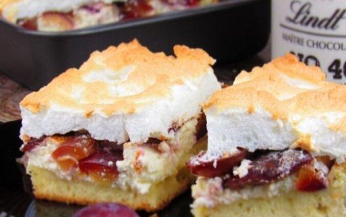 Miękkie i delikatne ciasto z twarogiem i śliwkami