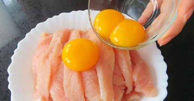 Po co zalewać pierś z kurczaka żółtkami