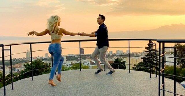 Para pięknie tańczy o zachodzie słońca