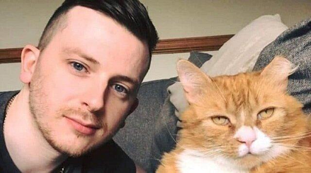 Rudy kot zaczął odwiedzać młodego mężczyznę. Pewnego dnia mężczyzna otworzył drzwi i zobaczył go z raną na łapie
