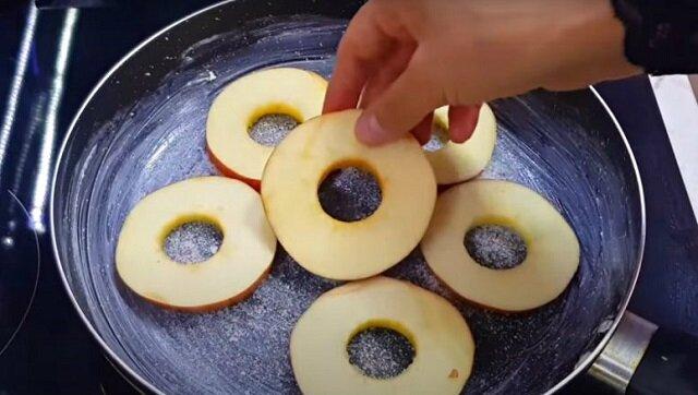 Ciasto z jabłkami na patelni. Palce lizać