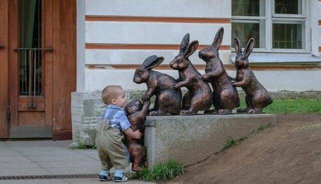 Kiedy dzieci lepiej niż dorośli się fotografują z pomnikami