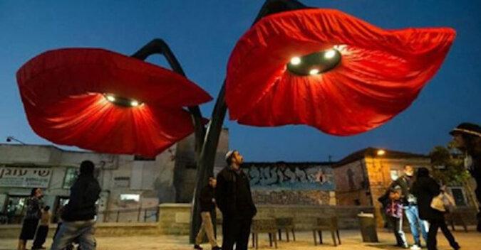 Latarnie w Jerozolimie kwitną, gdy ludzie przechodzą pod nimi. To bardzo ładny widok