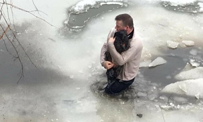 Mężczyzna wskoczył do lodowatej wody, żeby uratować psa