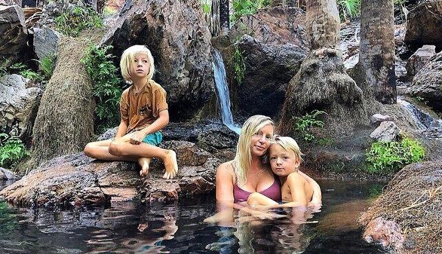 Dzieci w tej rodzinie nie chodzą do szkoły, ale uczą się na łonie natury