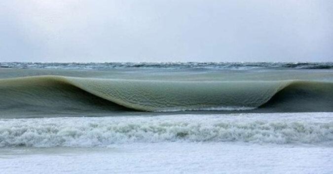 Zamarznięte fale u wybrzeży wyspy Nantucket