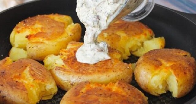 Niesamowicie pyszne domowe ziemniaki z sosem grzybowym. To danie jest idealne zarówno na codzienny, jak i świąteczny stół