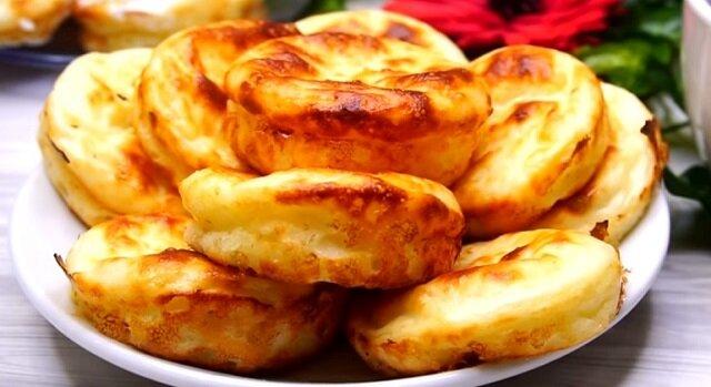 Łagodne nadmorskie placuszki twarogowe na śniadanie: słynne danie o niesamowitym smaku