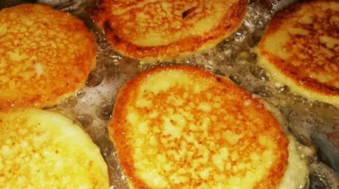 Przygotowanie placków ziemniaczanych bez tarki. Prosty i szybki sposób