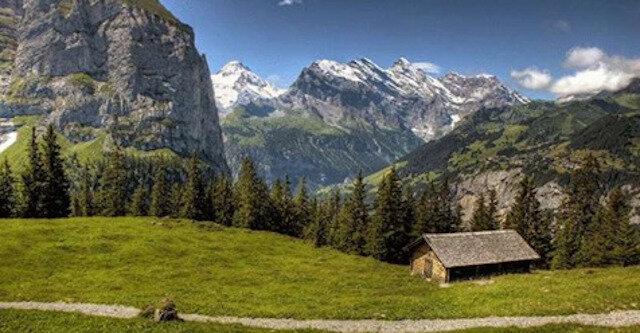 """Grindelwald: urocza """"wioska lodowców"""" w przepięknej alpejskiej dolinie"""