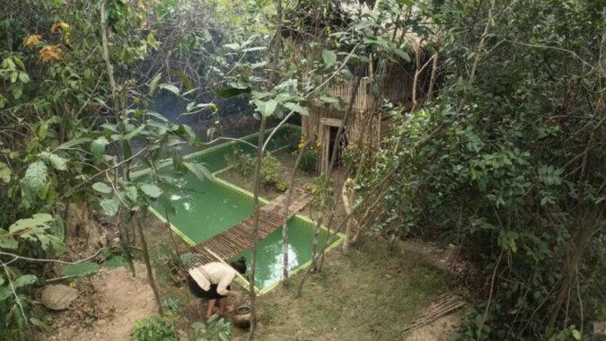 W lesie dziewczyna zbudowała z bambusa willę z basenem